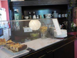 Café Theke mit Kuchenauslage