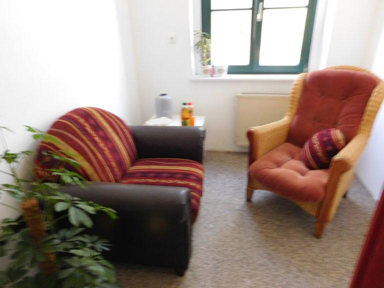 Kleiner Raum mit Sofa und Sessel