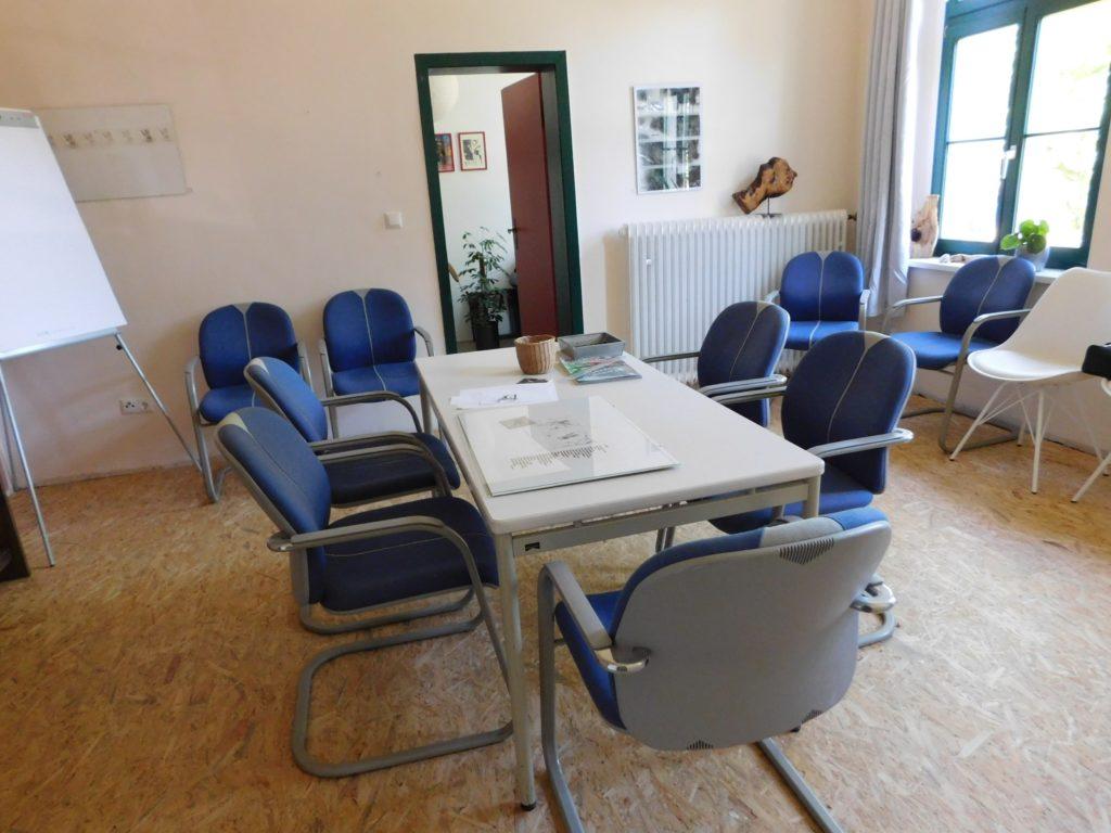 Seminarraum mit großem Tisch und Stühlen drumherum