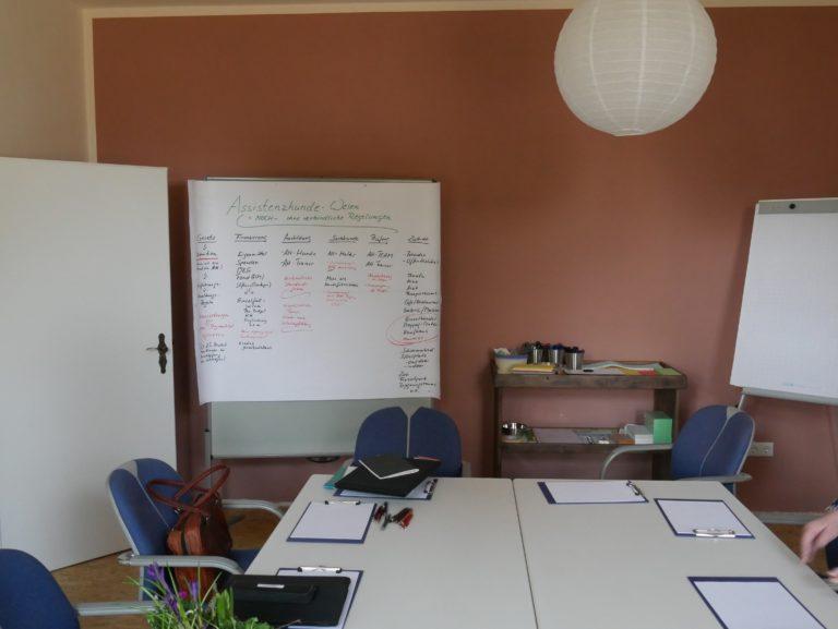 Konferenztisch mit Whiteboard stehend an der Wand