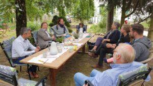 Gesprächsrunde im Distelhof-Garten